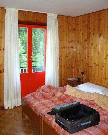 Hotel Genziana : camera con terrazzo e sdraio