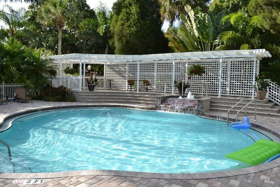 Pirates Pointe Resort: Softened water, nice entertainment deck and waterfall
