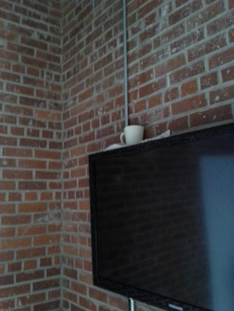 Buchanan Lofts : Owner's solution to leak near wall (towel and a coffee cup)