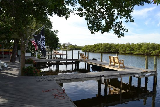 Pirates Pointe Resort: The dock awaits the charter fishing boats. Great way to catch your dinner.