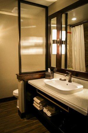 Desert Rose Inn & Cabins : Courtyard Room Bathroom Area
