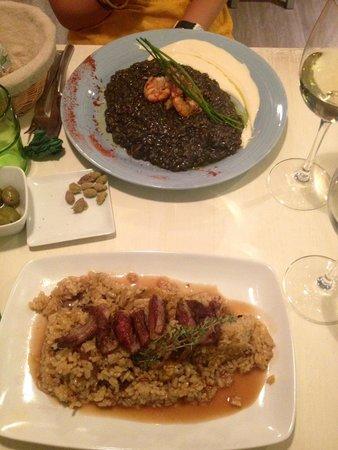Mechela Restaurante : Risotto nero con frutti di mare e risotto con salsa dolce e costine di maiale
