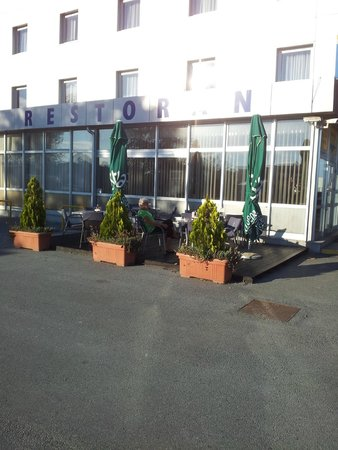 Hotel Zovko Slavonski Brod: Outside by the petrol station, part of the hotel