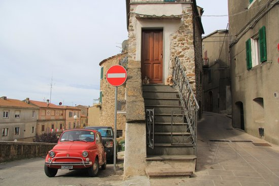 B&B Casa delle Camelie : In front of the B&B possible to park your car