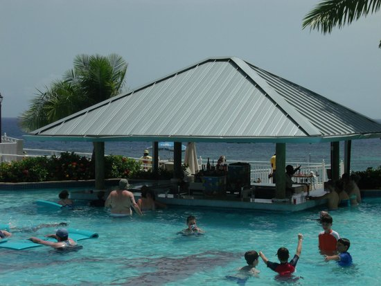 Beaches Ocho Rios Resort & Golf Club : Swim up bar