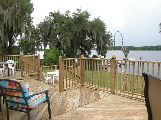 Cafe Bleu : Boat dock at the edge of the property, boaters welcome