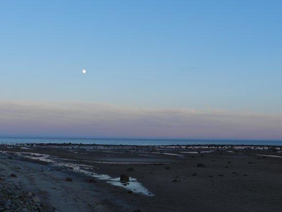 Auberge Franquelin & Motel : Couger de soleil sur la plage juste devant le motel