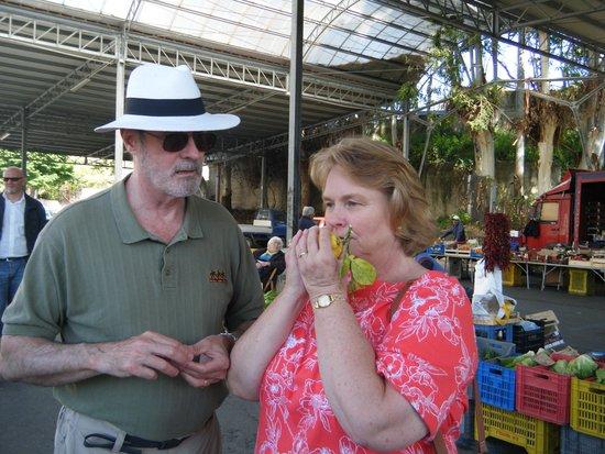 B&B Baia di Trentova: Smelling Lemons at the Market