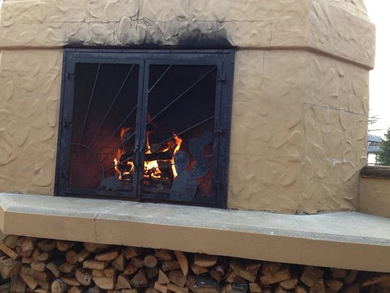 Red Mesa Grill: Outside fireplace