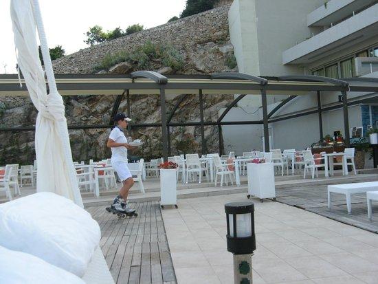 Rixos Hotel Libertas: Waitress on roller skates; sun deck area