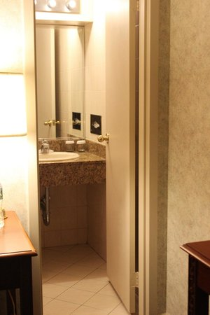 Travel Inn Hotel New York : Door into bathroom, then the shower and toilet to the right