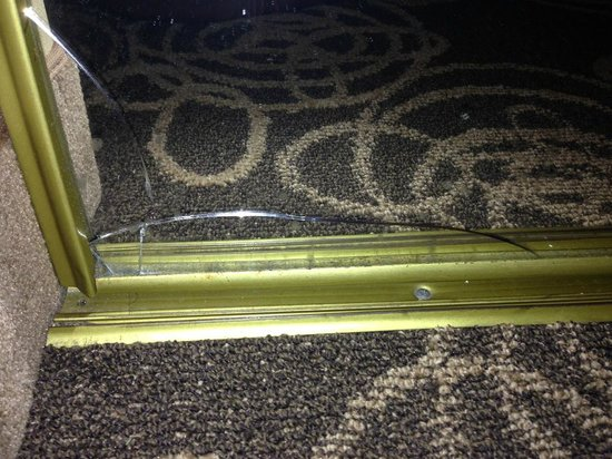 DoubleTree by Hilton Hotel Mahwah: Mirror door cracked