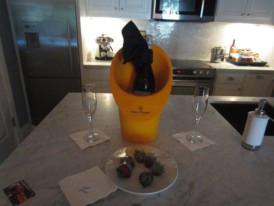 Hotel ZaZa Dallas : Strawberries & Champagne