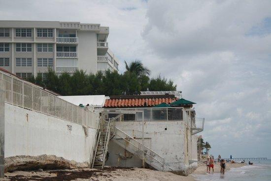 Palm Beach Oceanfront Inn: l'hotel vu de la plage