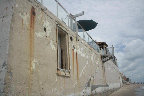 Palm Beach Oceanfront Inn: vu de l'hotel de la plage avec l'accès plage cassé