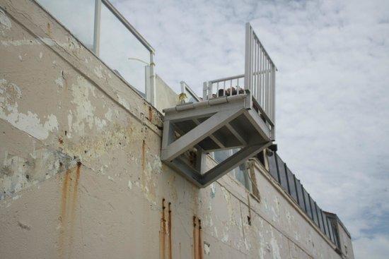 Palm Beach Oceanfront Inn: accès plage cassé