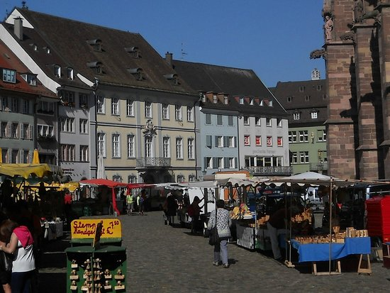 Freiburger Münster: La piazza con il mercato e uno scorcio del Duomo.