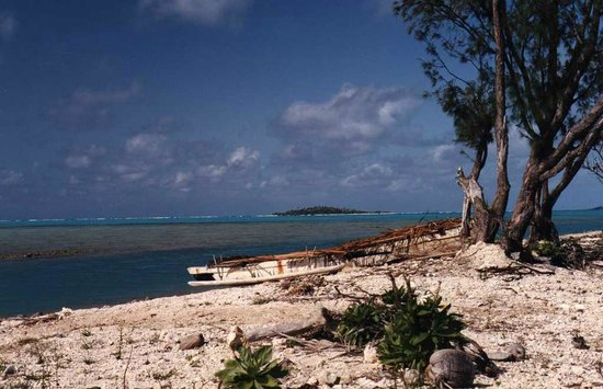 Crusher Bar: outriggers on the other side of Aitutaki