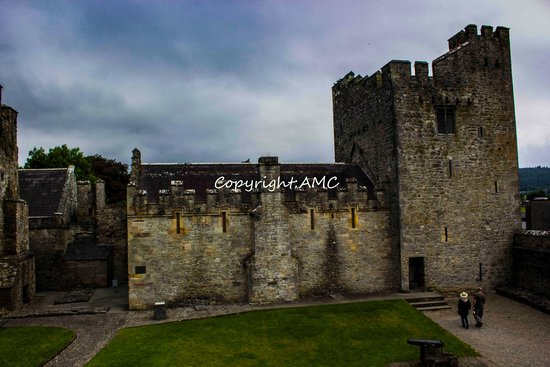 Cahir Castle : courtyard
