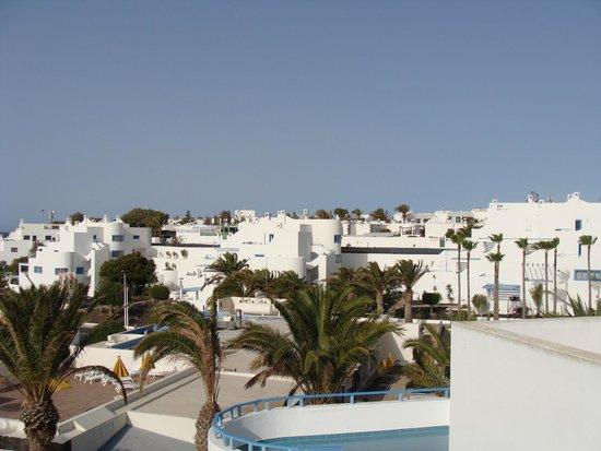 Hotel Puerto Carmen : vue depuis la terrasse sur le toit