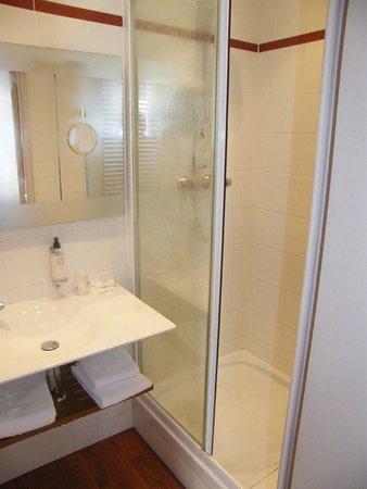 BEST WESTERN Le Duguesclin : salle de bain