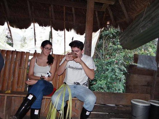 Anaconda Lodge Ecuador Amazonia: Huespedes de Chile, probando la Chicha de Yuca