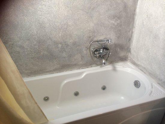 Cliff Side Suites : Bath tub 108