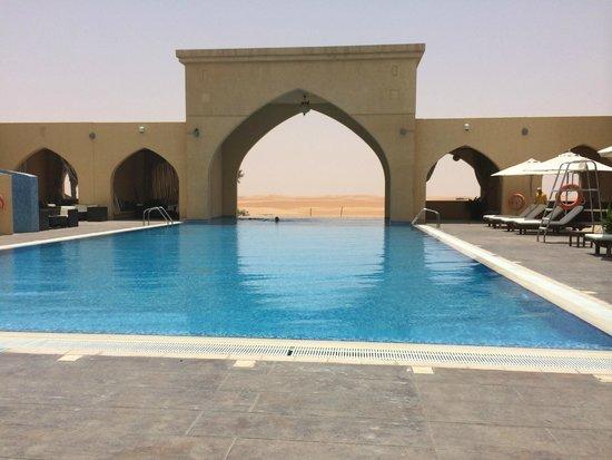 Tilal Liwa Hotel: Blick vom Pool in die Wüste