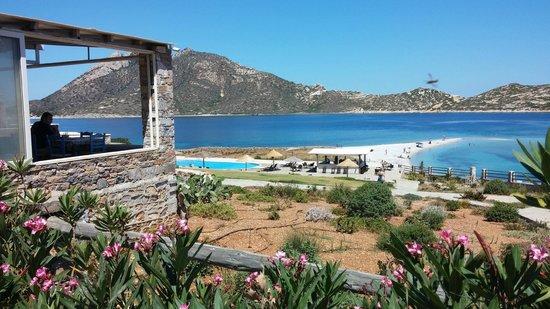 Aquapetra Hotel: Άποψη της πισίνας και του εστιατορίου από το parking