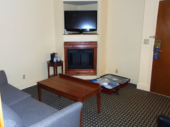 Best Western Plus Brunswick Bath : Sitting area with gas fire place