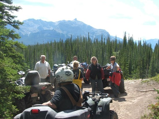 Alberta, Kanada: Quad gang at view from the top