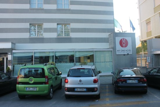 CDH Hotel La Spezia: Parking in front the Hotel