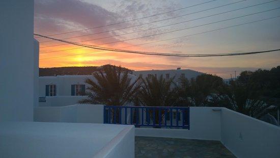 Anemos Apartments: sunset over Ornos