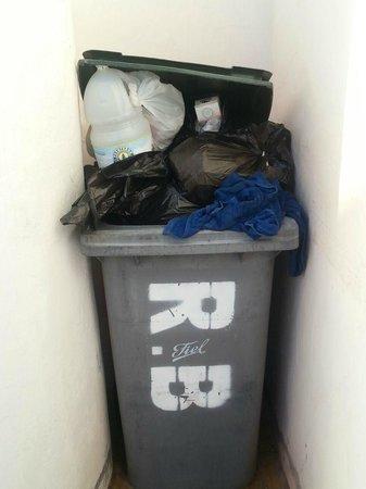 Rocas Blancas Apartments: spazzatura davanti alle camere !