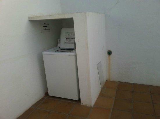 Rocas Blancas Apartments: lavatrici tutta arruginita ! con il cavo della alimentazione rotto di fianco alle camere, iperru