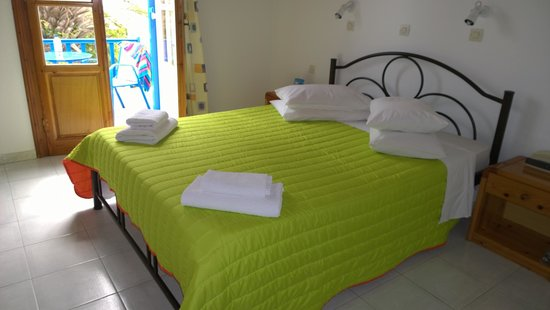 Anemos Apartments: nice comfortable double bed