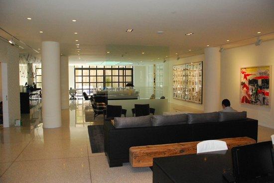 H10 Art Gallery : Coin salon au rez-de-chaussée de l'hôtel