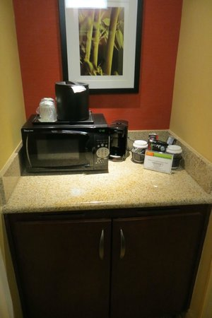 Courtyard Boston Milford : Bathroom / mini kitchen