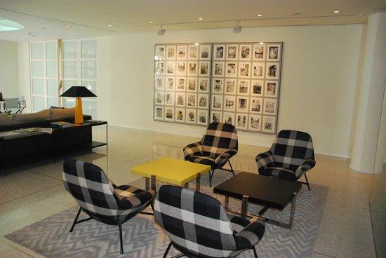 H10 Art Gallery : Coin salon/bar au rez-de-chaussée de l'hôtel