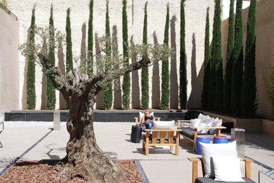 H10 Art Gallery : Terrasse du rez-de-chaussée de l'hôtel