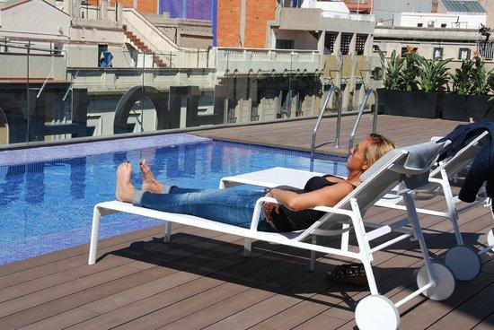 H10 Art Gallery : Piscine et Terrasse sur le toit de l'hôtel
