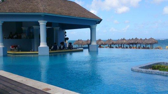 Iberostar Grand Hotel Rose Hall : The swim up bar
