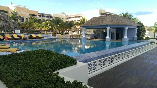 Iberostar Grand Hotel Rose Hall : The swim up bar early in the morning, seen from the beech