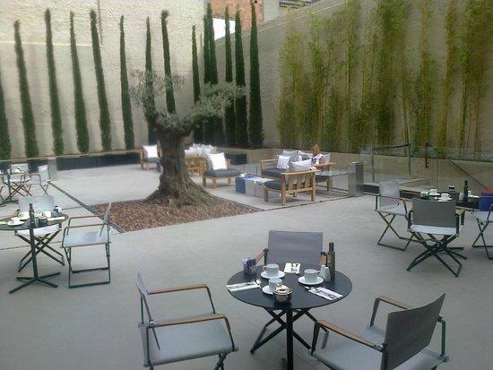 H10 Art Gallery : Terrasse du rez-de-chaussée de l'hôtel au petit-déjeuner