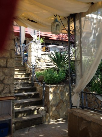 House Diona: Stone steps from the restaurant to the house