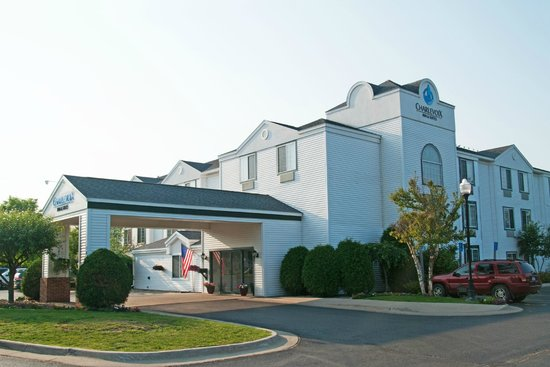 Charlevoix Inn & Suites: Front Entrance of Hotel