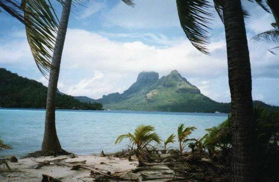 Bora Bora Photo Lagoon : the main island from the desserted atolls