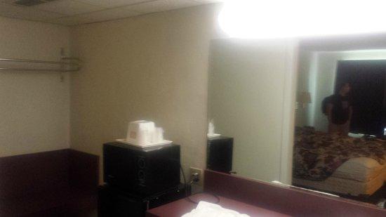 Econo Lodge: Closet area,