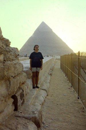 Gizeh Plateau: Muy orgullosa delante de la Gran Pirámide, Giza, El Cairo