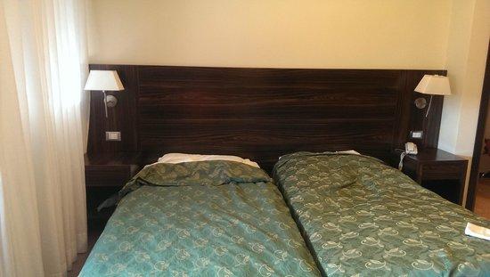Quality Hotel Delfino Venezia Mestre : No quilts, just sheets.